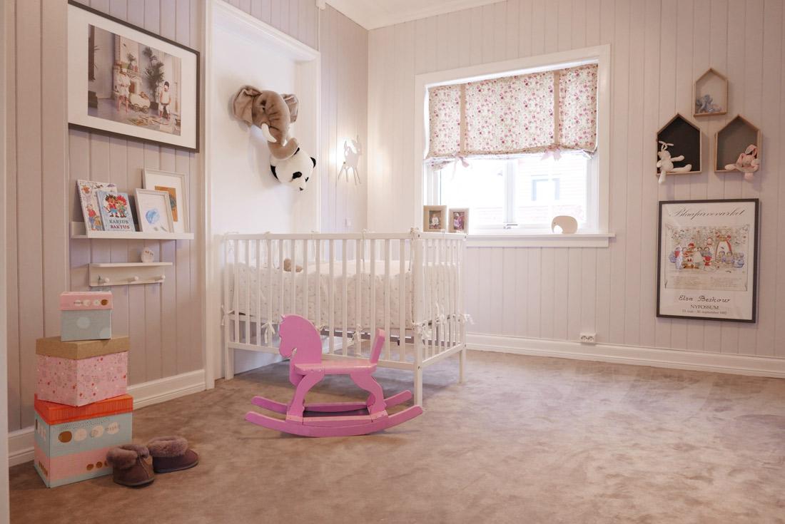 ... til lek og morro i dette rommet derfor er vegg til vegg teppet en fin