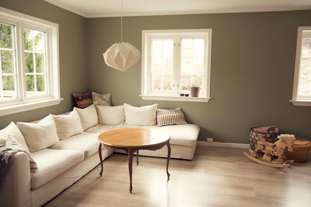 Se hvor fin veggfargen er til b?de gulv, bord og den lille ...